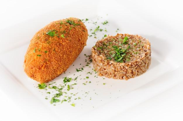 Costeleta de carne de peru com cereais de trigo sarraceno