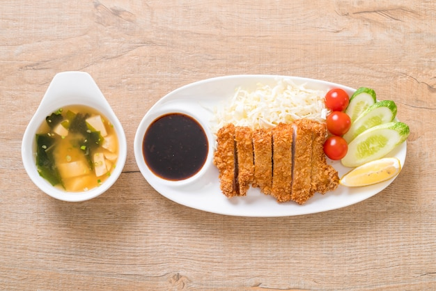 Costeleta de carne de porco frita japonesa (tonkatsu conjunto)