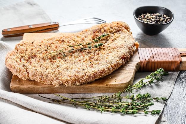 Costeleta de carneiro de galinha crua na farinha de rosca.