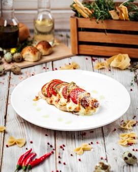 Costeleta de carneiro milan peru tomates abobrinha