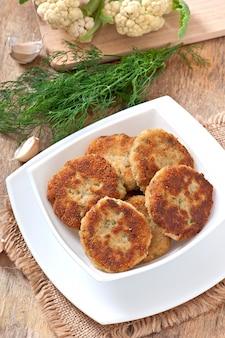Costeleta de couve-flor com molho de erva-doce, alho e queijo