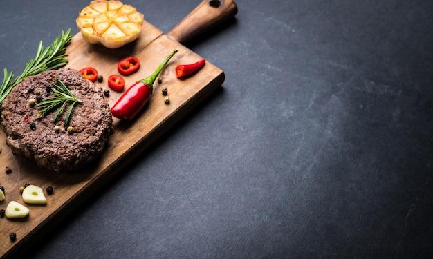 Costeleta de hambúrguer de carne com ervas e especiarias