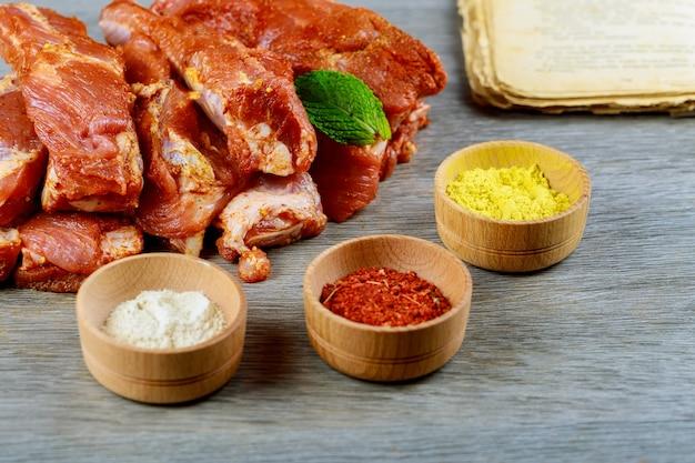 Costeleta de ombro de porco crua fresca com especiarias costelas de porco fresca, carne marinada e preparada