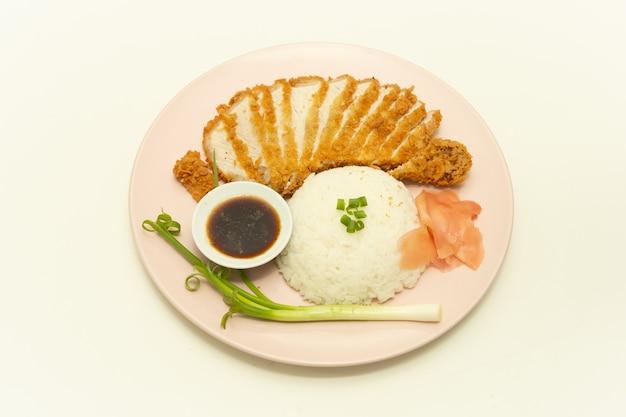 Costeleta de porco à milanesa japonesa frita e arroz