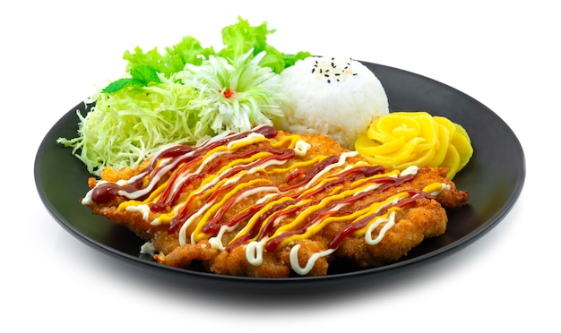 Costeleta de porco coreana panko empanada com carne de porco frita e servida fatia de repolho, arroz e vegetais vista lateral da comida coreana