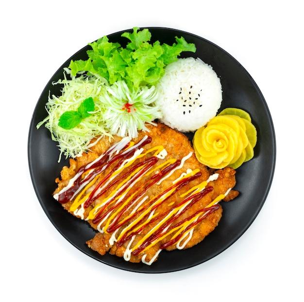 Costeleta de porco coreana panko empanada com fatias de carne de porco frita empanado repolho, arroz e vegetais estilo comida coreana vista superior