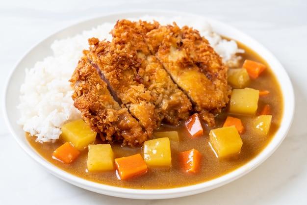 Costeleta de porco frita crocante com curry e arroz