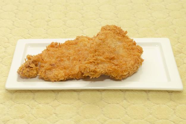 Costeleta de porco frita empanada japonesa