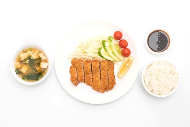 Costeleta de porco frita japonesa (conjunto tonkatsu) isolada no fundo branco