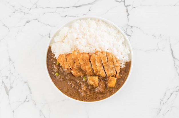 Costeleta de porco frito com curry no arroz