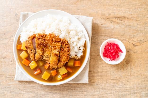 Costeleta de porco frito crocante com caril e arroz
