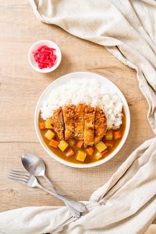 Costeleta de porco frito crocante com curry e arroz