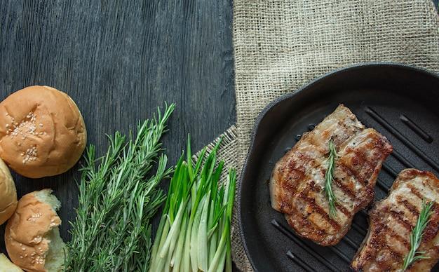 Costeleta de porco grelhada com couve de bruxelas