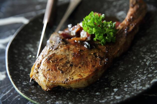 Costeleta de porco grelhada com molho de vegetais e burries