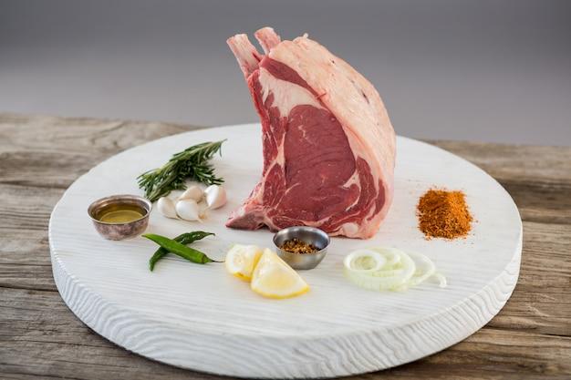 Costeleta e ingredientes no quadro branco