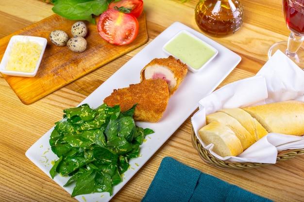 Costeleta empanada, servido em um prato