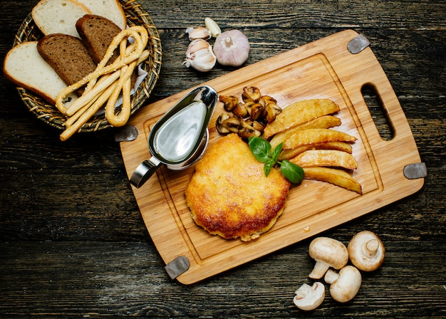 Costeleta frita com batatas e cogumelos