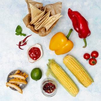 Costeleta no prato e cortar pita e legumes orgânicos