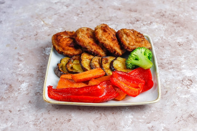 Costeletas caseiras deliciosas com legumes assados.