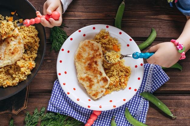 Costeletas caseiras feitas de peito de frango, legumes e salsa fresca. alimentação saudável para crianças