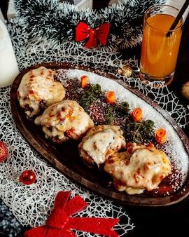 Costeletas cobertas com queijo derretido e tomate