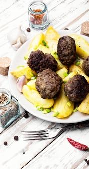 Costeletas de carne caseira com batata assar