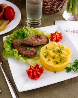 Costeletas de carne com vista para purê de batatas