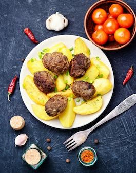 Costeletas de carne e batatas