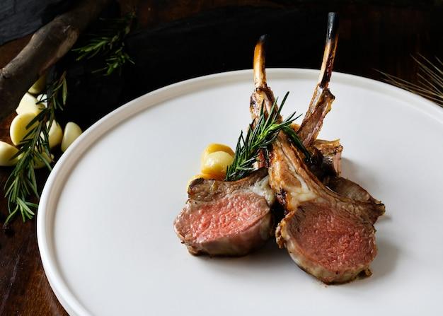 Costeletas de cordeiro grelhadas, bife de cordeiro no prato no prato