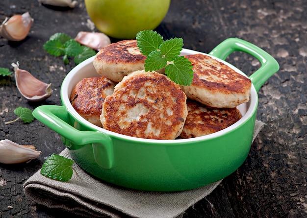 Costeletas de frango com maçã e hortelã