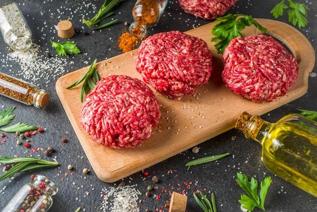 Costeletas de hambúrguer de carne picada crua