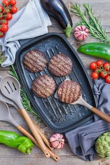 Costeletas de hambúrguer grelhadas em uma panela. vista de cima, vista de cima