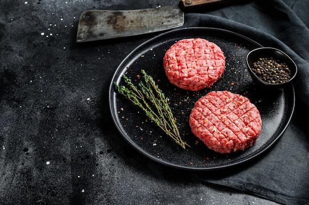 Costeletas de hambúrgueres crus, carne orgânica moída.