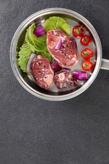 Costeletas e ingredientes do lombo na frigideira