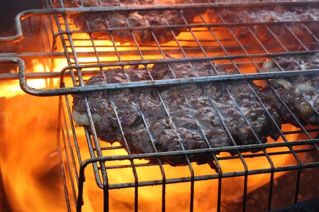Costeletas para um hambúrguer grelhado em uma grelha