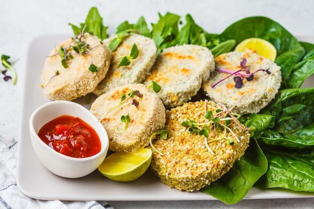 Costeletas vegan (hambúrgueres) de lentilhas, grão de bico e feijão. o conceito saudável do alimento do vegetariano, prato da desintoxicação, planta baseou a dieta.