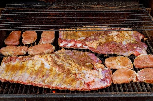 Costelinha de bebê para churrasco ou costelinha de porco costelas close-up na grelha de fogo quente