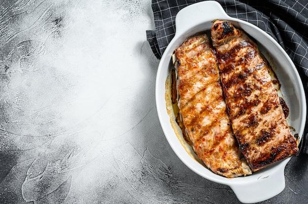 Costelinha de porco ao molho quente e barbecue.