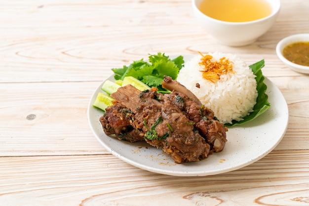 Costelinha de porco assada com molho e arroz