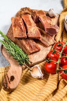 Costelinha de porco assada defumada com ingredientes frescos