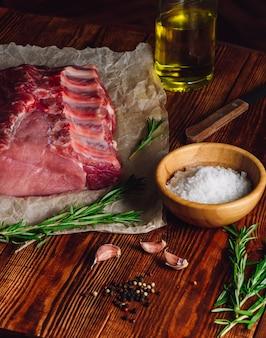 Costelinha de porco com alecrim e outras especiarias.