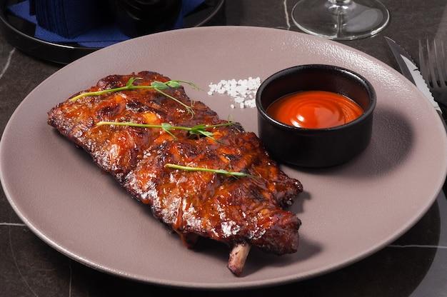 Costelinha de porco com molho de churrasco em restaurante