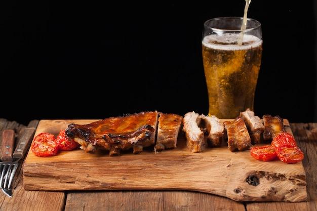Costelinha de porco e cerveja light.
