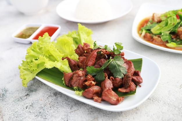 Costelinha de porco frita com sal e molho de peixe, comida favorita em restaurante da tailândia.