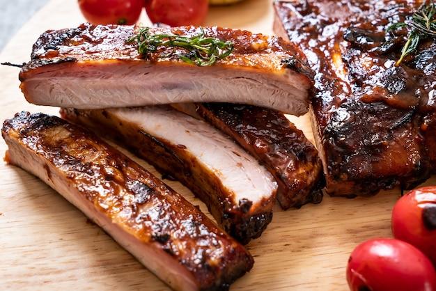Costelinha de porco grelhada e churrasco
