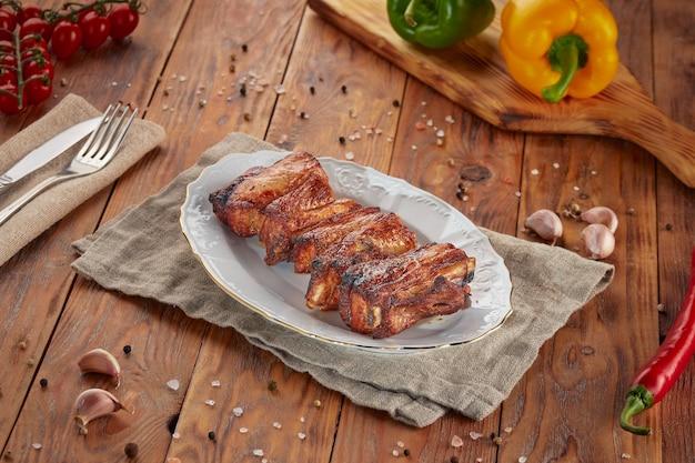 Costelinha de porco grelhada em fundo de madeira