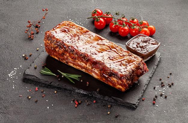Costelinha de porco marinada com molho e temperos