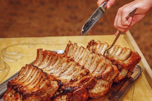 Costelinha de porco preparada em restaurante
