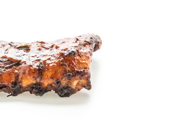 Costelinha grelhada e churrasco de porco isolada no branco