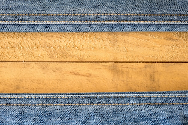 Costura de calças de ganga na textura de madeira